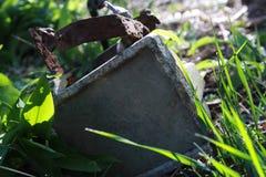 Rusty Floodlight ha lasciato abbandonato immagini stock