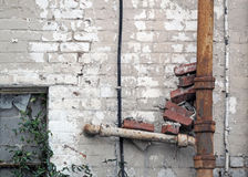 Rusty Grunge Drainpipe con i mattoni Immagine Stock