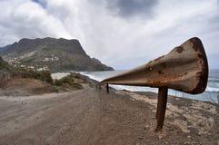 Rusty Guardrail på en ensam gata Royaltyfri Bild