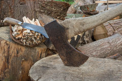 Rusty Hatchet e uma lâmina da ceifeira imagem de stock royalty free