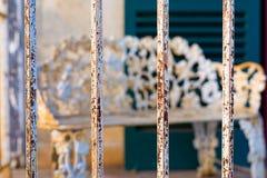 Rusty Iron Bars Fronting un porche dans le Texas Photographie stock