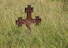 Rusty Iron Cross en el cementerio antiguo Foto de archivo