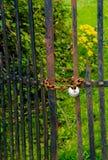 Rusty Iron Door Locked With-Kette und -vorhängeschloß Stockfotografie