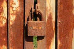 Rusty Iron port med låset Arkivbild