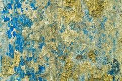 Rusty Iron yttersida med fula fragment av blått, gul vit Royaltyfria Foton