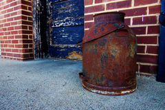 Rusty Jar par la porte Photographie stock