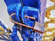 Rusty Lock destravado close-up na porta azul imagens de stock