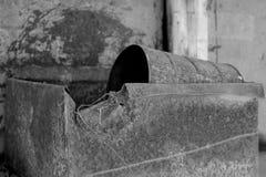 Rusty Metal Box och kan monterat på traktoren royaltyfri bild