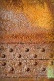Rusty Metal Plate mit Nieten Lizenzfreie Stockbilder