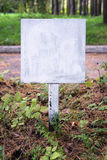 Rusty Metal Sign Board dans la forêt Image stock