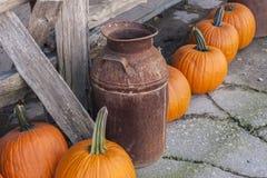 Rusty Milk Can y calabazas Fotos de archivo libres de regalías