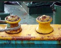 Rusty Mooring Post con una cuerda gruesa Imagenes de archivo