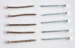 Rusty Nails versus Nieuwe Spijkers royalty-vrije stock foto