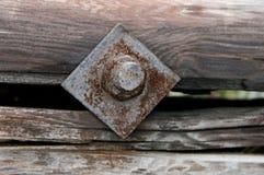 Rusty Nut und Bolzen in einem hölzernen Klotz Lizenzfreie Stockfotos