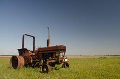 Rusty Old Abandoned Tractor en un campo Imagen de archivo