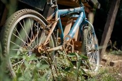 Rusty Old Bicycle cassé photo stock