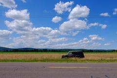 Rusty Old Car dans le domaine de ferme Images libres de droits