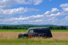 Rusty Old Car dans le domaine de ferme Photo libre de droits