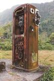 Rusty Old Gas Pump in de Wildernis Royalty-vrije Stock Foto
