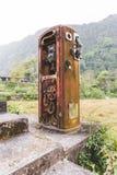Rusty Old Gas Pump in de Wildernis Royalty-vrije Stock Afbeelding