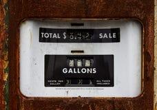 Rusty Old Gasoline Pump cuando el gas era 33 centavos por galón Foto de archivo libre de regalías