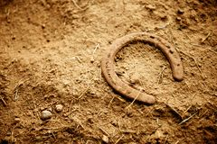 Rusty Old Horse Shoe Lying im Schmutz Lizenzfreies Stockfoto