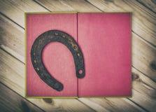 Rusty Old Horseshoe On Book Image libre de droits