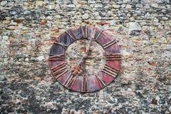 Rusty Old-klok op de muur, ZAGREB, KROATIË stock afbeelding