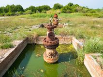 Rusty Old Oil Pipe dans le gisement de pétrole photographie stock libre de droits