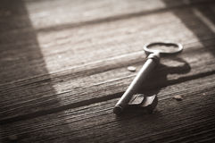 Rusty Old Skeleton Key auf rustikalem Barnwood Stockfotos