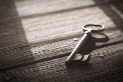 Rusty Old Skeleton Key sur Barnwood rustique photos stock