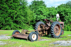 Rusty Old Vintage Landscape Tractor-Mäher Lizenzfreies Stockfoto