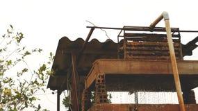 Rusty Old Well d'annata con acqua corrente fotografia stock libera da diritti