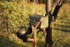 Rusty Old Well Water Pump dat nog Actief is stock afbeeldingen