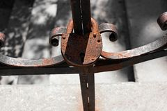 Rusty padlock on the ancient fence Royalty Free Stock Photos