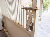 Rusty Padlock Attached auf Rusty Fence Stockbild