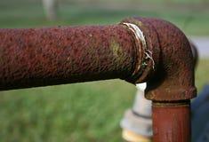 Rusty Pipe med armbågemontering Royaltyfria Foton