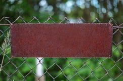 Rusty Plate em um grating do metal Imagem de Stock Royalty Free