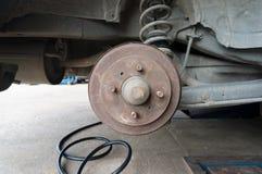 Rusty Rear Car Wheel Hub con el sistema y la suspensión del freno de tambor Fotografía de archivo