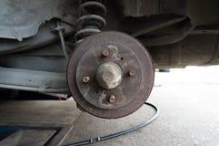 Rusty Rear Car Wheel Hub con el sistema y la suspensión del freno de tambor Fotografía de archivo libre de regalías