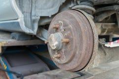 Rusty Rear Car Wheel Hub con el sistema y la suspensión del freno de tambor Imagen de archivo