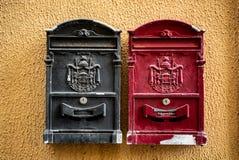 Rusty Red och svart Postbox, Italien royaltyfri fotografi