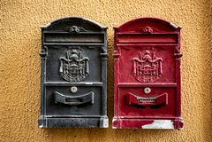 Rusty Red und schwarzer Postbox, Italien lizenzfreie stockfotografie