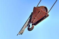 Rusty Redundant Lifting Gear med blå himmel Arkivbilder