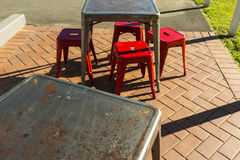 Rusty Retro Metal Chairs Tables draußen Lizenzfreies Stockbild