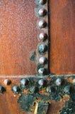 Rusty Rivets Found på gammal metall med en gjord full av hål textur Arkivfoton