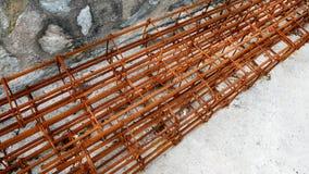 Rusty Rods e cavi della colonna di rinforzo del calcestruzzo della costruzione Immagine Stock