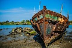 Rusty Ship en ciel bleu Photo libre de droits