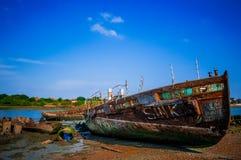 Rusty Ship en cielo azul Imagenes de archivo