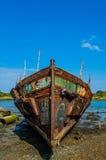 Rusty Ship en cielo azul Imagen de archivo